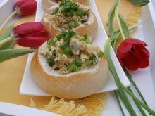 Jajecznica z cebulą podana w bułeczkach