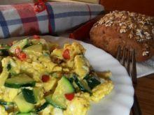 Jajecznica z chili i cukinii