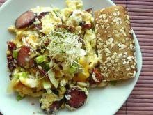 Jajecznica z chorizo i pomidorami