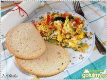 Jajecznica z cukinią i pomidorami