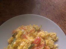 Jajecznica z cukinią i pomidorem