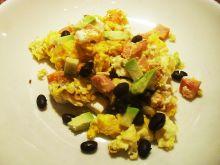 Jajecznica z czarną fasolą i awokado