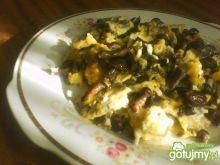 Jajecznica z czarnuszką i opieńkami