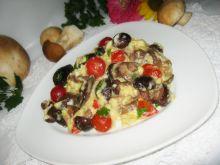 Jajecznica z grzybami i pomidorkami