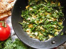 Jajecznica z jarmużem i serem gruyere