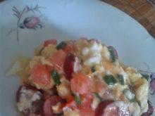 Jajecznica z kabanosem i pomidorem