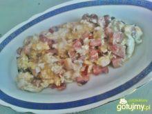 Jajecznica z kiełbasą i czerwoną cebulą