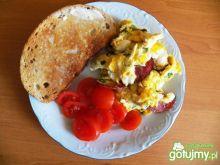 Jajecznica z kiełbasą myśliwską