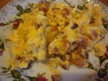 Jajecznica z kiełbaską i cebulką