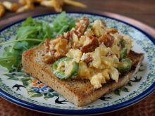 Jajecznica z kurkami i papryką