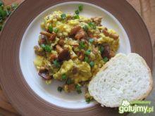 Jajecznica z kurkami i szczypiorkiem 4
