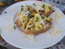 Jajecznica z kurkami na grzankach