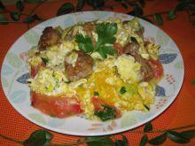 Jajecznica z mięsnymi kulkami