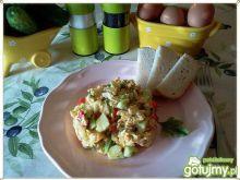 Jajecznica z ogórkiem i papryką
