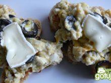 Jajecznica z oliwkami i serem solankowym