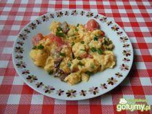 Jajecznica z pomidorami i bekonem