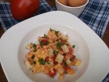 Jajecznica z pomidorami i grzankami