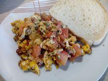 Jajecznica z pomidorami i kabanosem