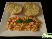 Jajecznica z pomidorami i kukurydzą