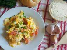 Jajecznica z pomidorami i szczypiorkiem