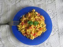 Jajecznica z pomidorem i bazylią