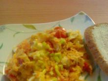 Jajecznica z pomidorem i cebulką