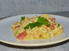 Jajecznica z pomidorem i serem feta