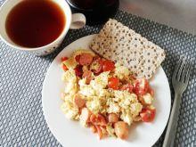 Jajecznica z pomidorkami i parówkami