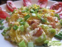 Jajecznica z porem i wędzonym łososiem