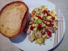 Jajecznica z rzeżuchą na parówce