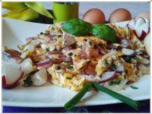 Jajecznica z rzodkiewką i szczypiorkiem