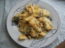 Jajecznica z serem i pieczarkami