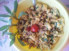 Jajecznica z sosem pomidorowym i pomidorkami