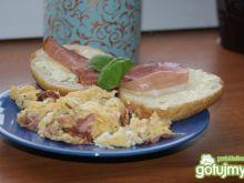Jajecznica z szynką szwardzwaldzką