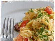 Jajecznica z wiejską kiełbasą i pomidorkami