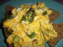 Jajecznica z zielonymi szparagami