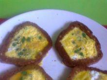 jajecznica ze szczypiorkiem na grzankach