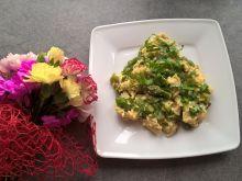 Jajecznica ze szparagami i świeżą bazylią