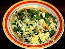 Jajecznica ze szpinakiem, szczawiem i szczypiorem