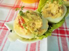 Jajka faszerowane papryką, porą i groszkiem
