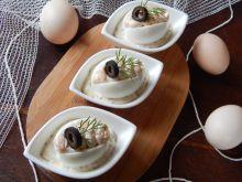 Jajka faszerowane pstrągiem w sosie kaparowym
