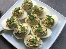 Jajka faszerowane szynką parmeńską i rukolą