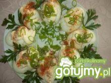 Jajka faszerowane w sosie czosnkowym