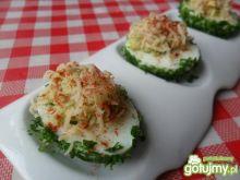 Jajka faszerowane w zielonych koszulkach