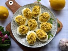 Jajka faszerowane wędzonym śledziem i kaparami