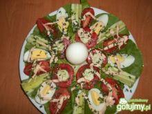 Jajka na sałacie z pomidorami i ogórkiem
