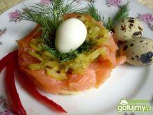 Jajka przepiórcze w łososiowym gniazdku