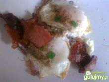 Jajka sadzone dla 2 osób na boczku