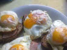 Jajka sadzone na grzankach