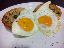 Jajka sadzone na tostach z masłem czosnkowym